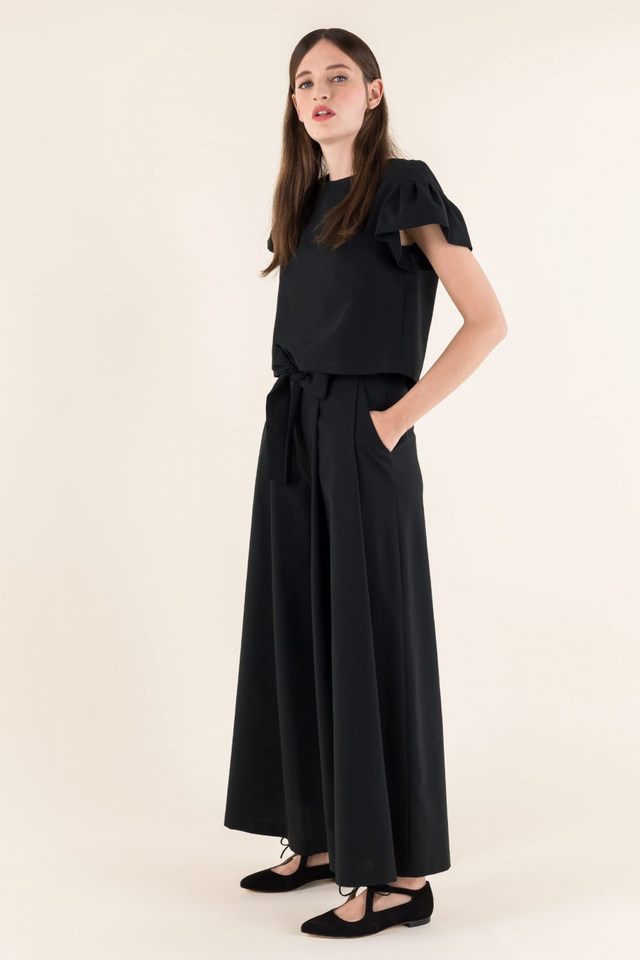 Wide trousers with belt and bow