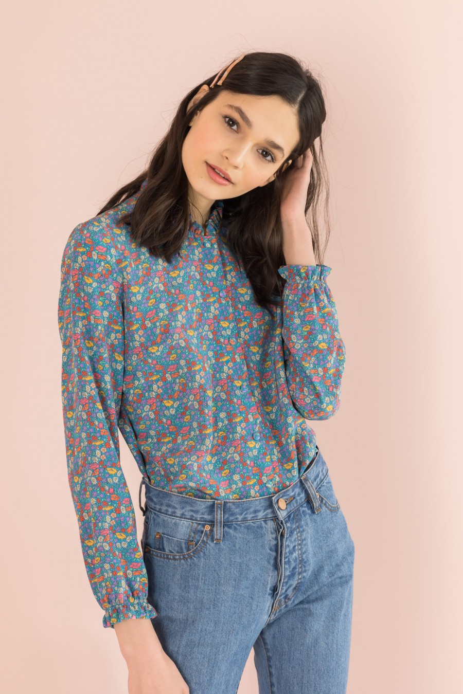 flowered shirt with pattern and ruffle on the neckline
