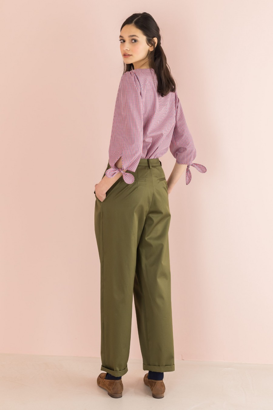 egg-shaped trousers with ruffles on the pockets