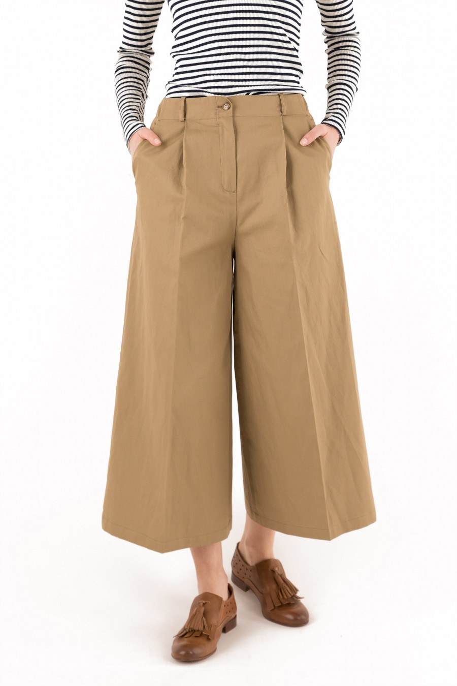 Large-fitting trousers