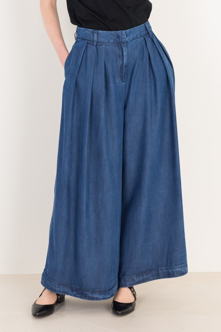 Wide trousers with pleats