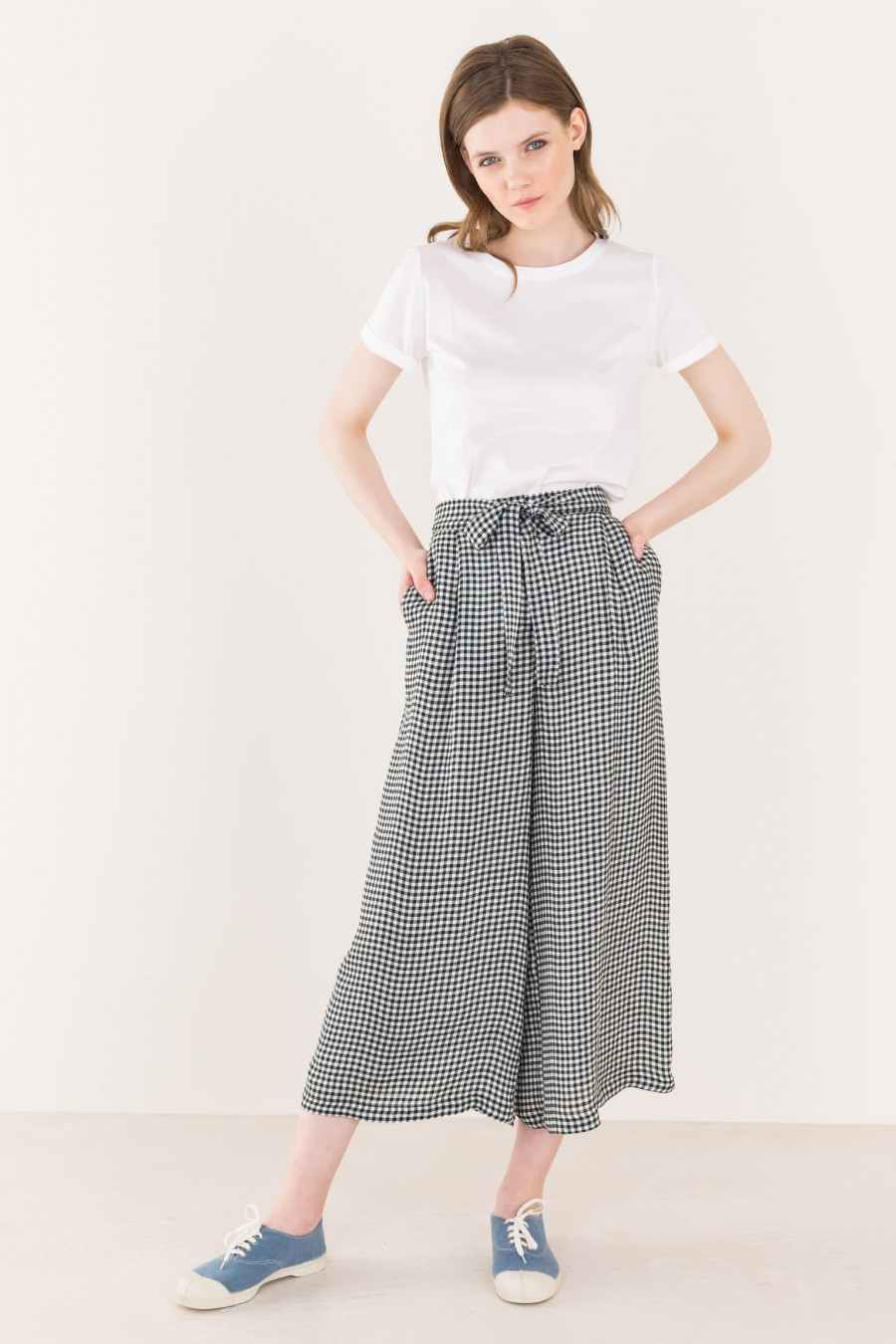 Flowing trousers with ribbon