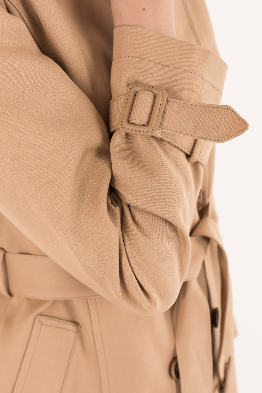 Trench with buckles covered in leather