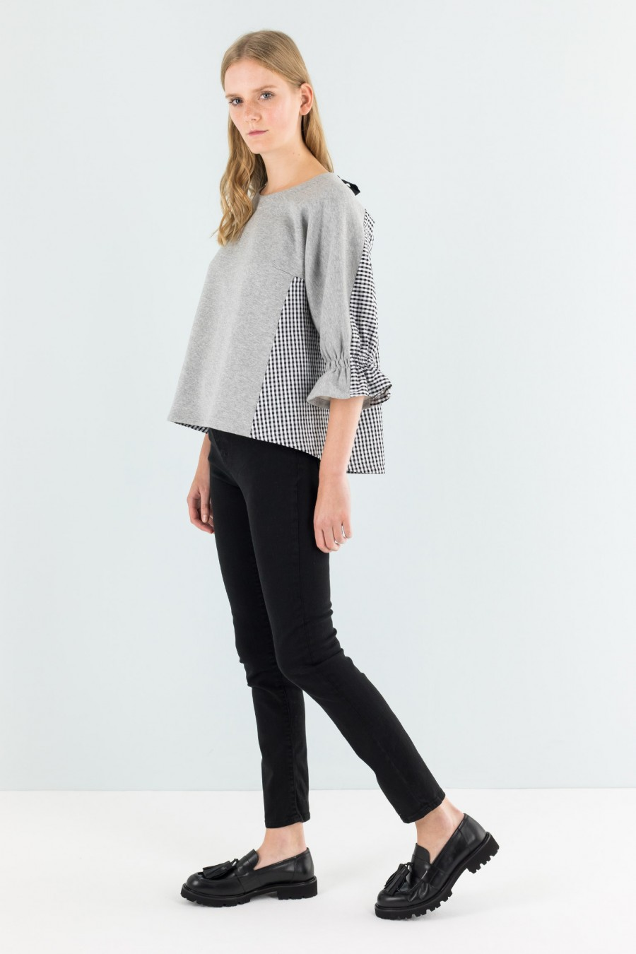 Smart sweater with ribbon