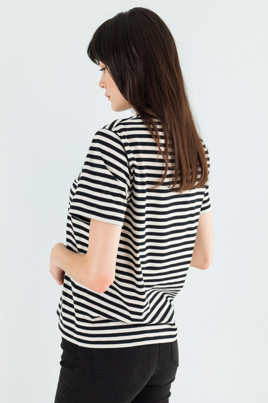Short-sleeved black and white t-shirt