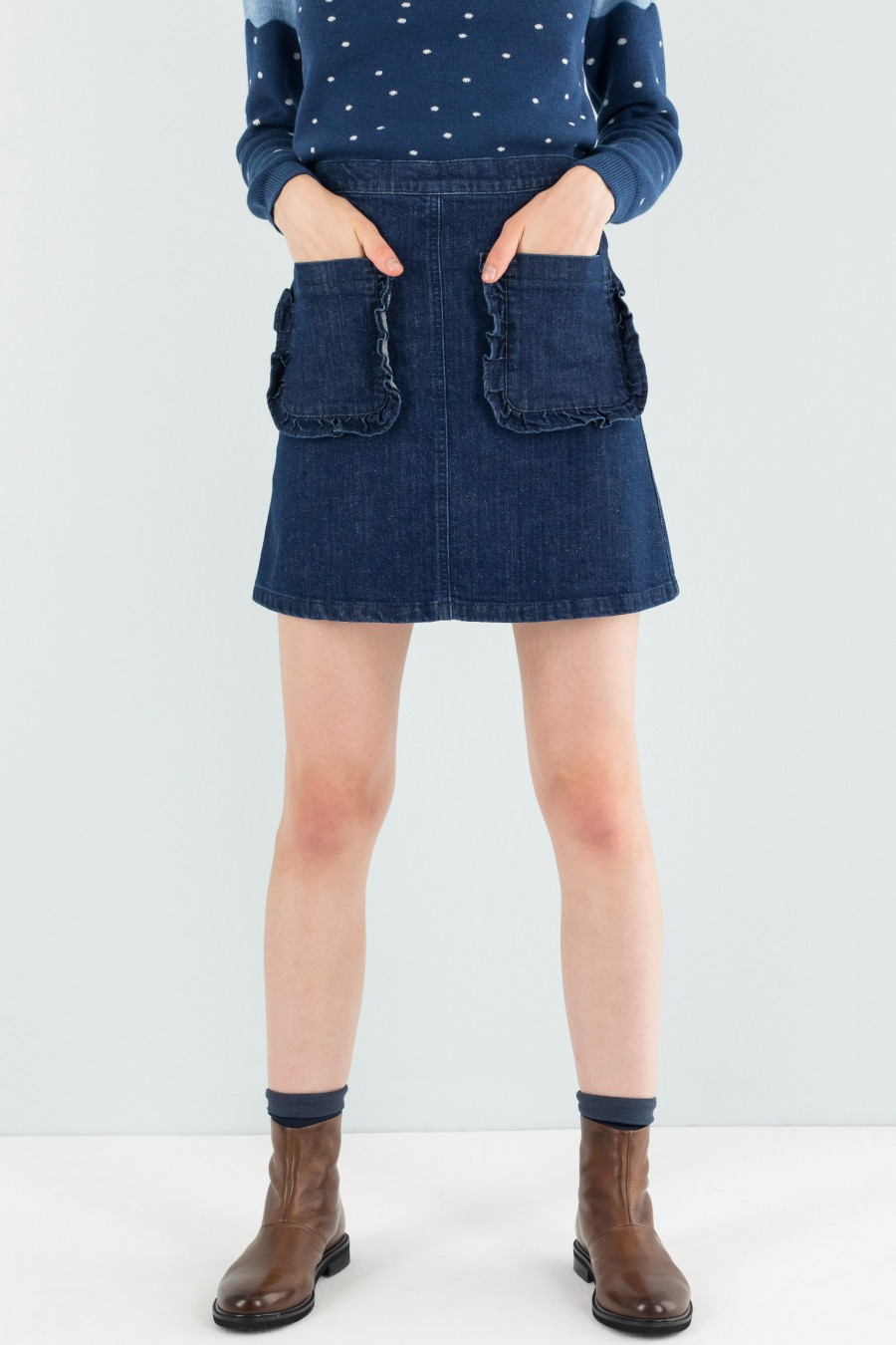 Autumnal denim skirt with pockets