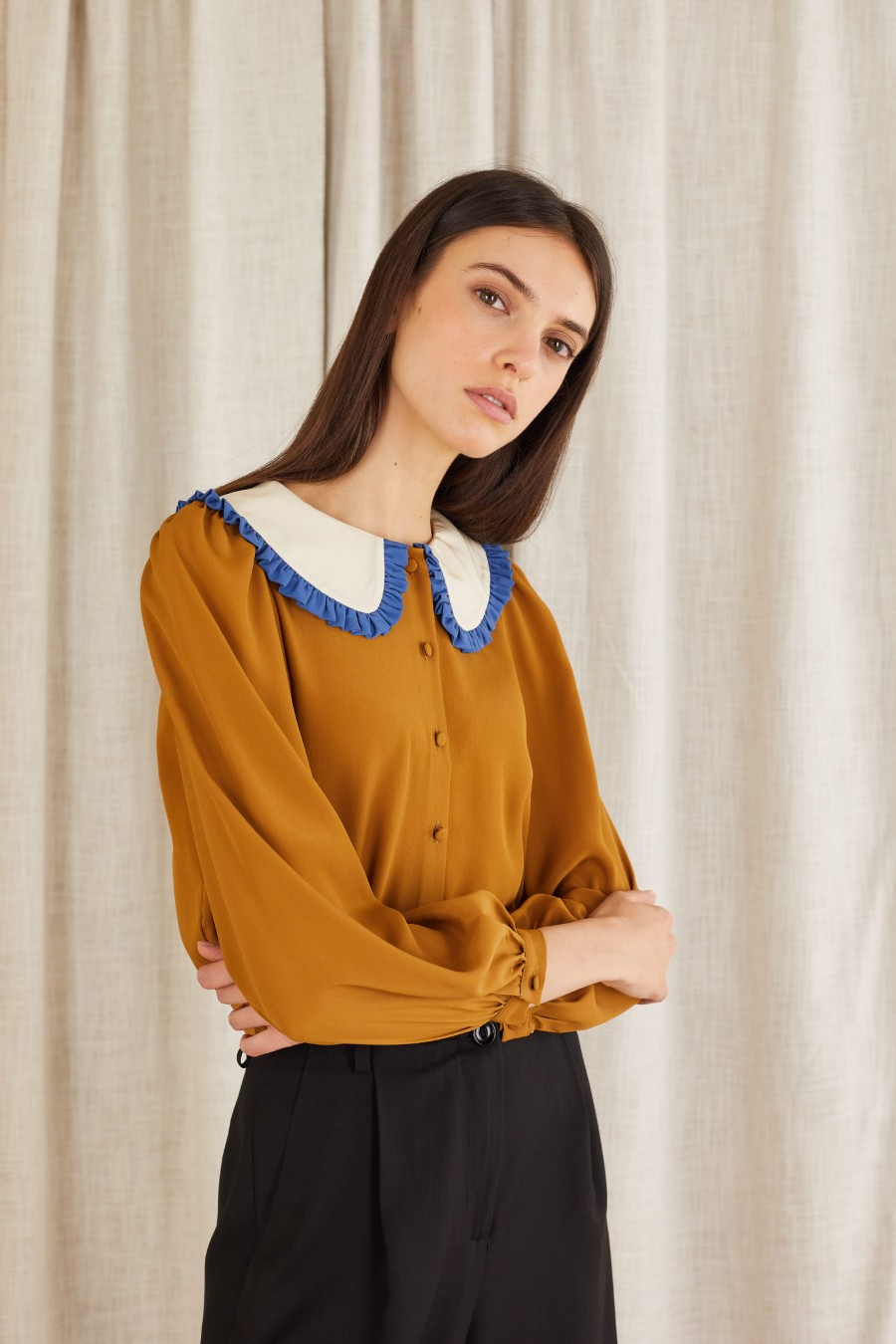 Cropped bicolor wide collar shirt