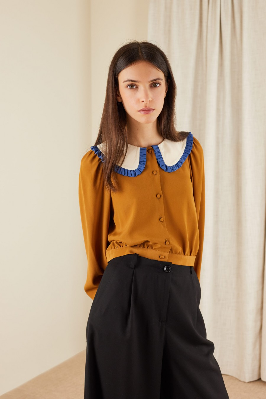 shirt with bicolor maxi collar