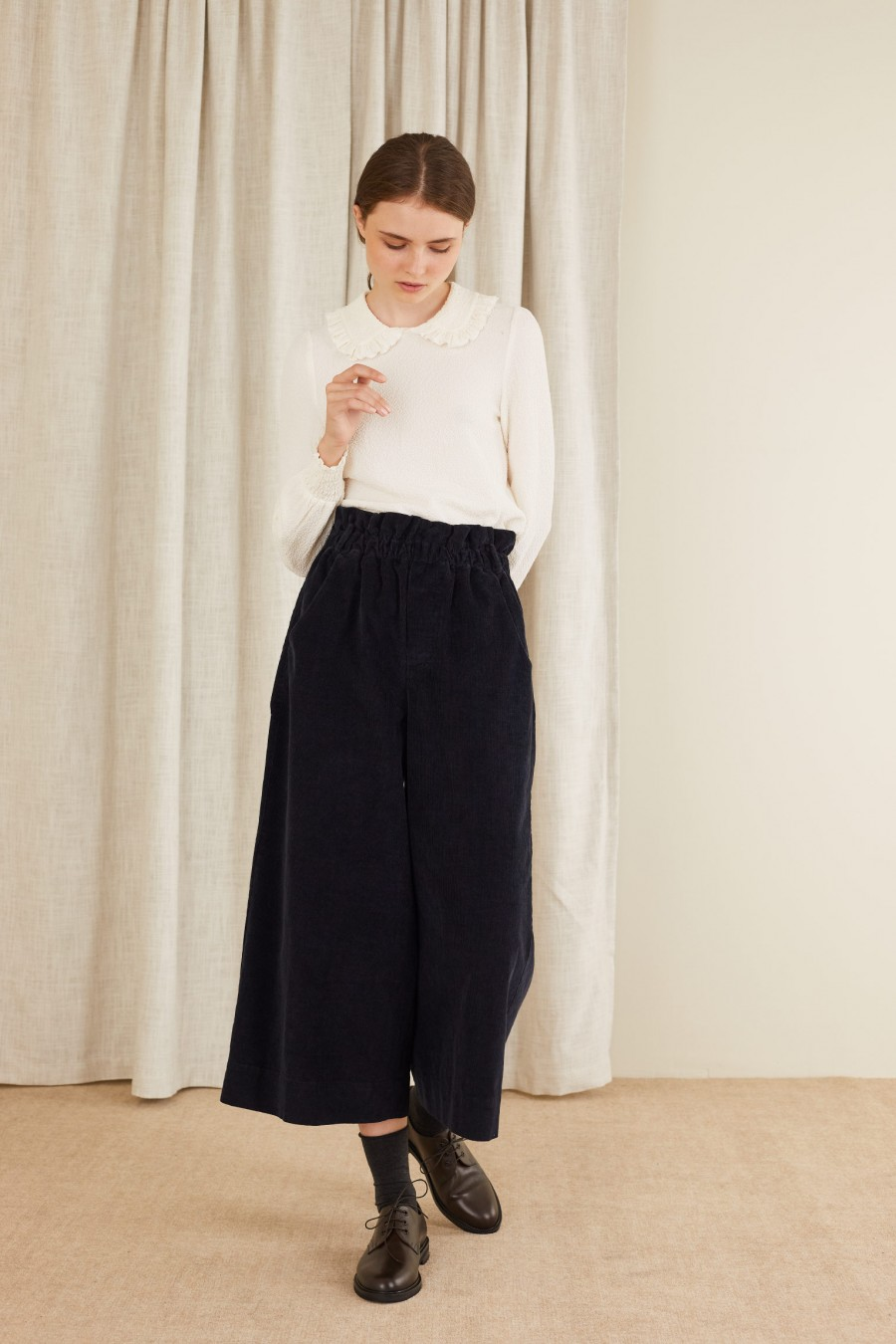 Corduroy trousers with curled waist