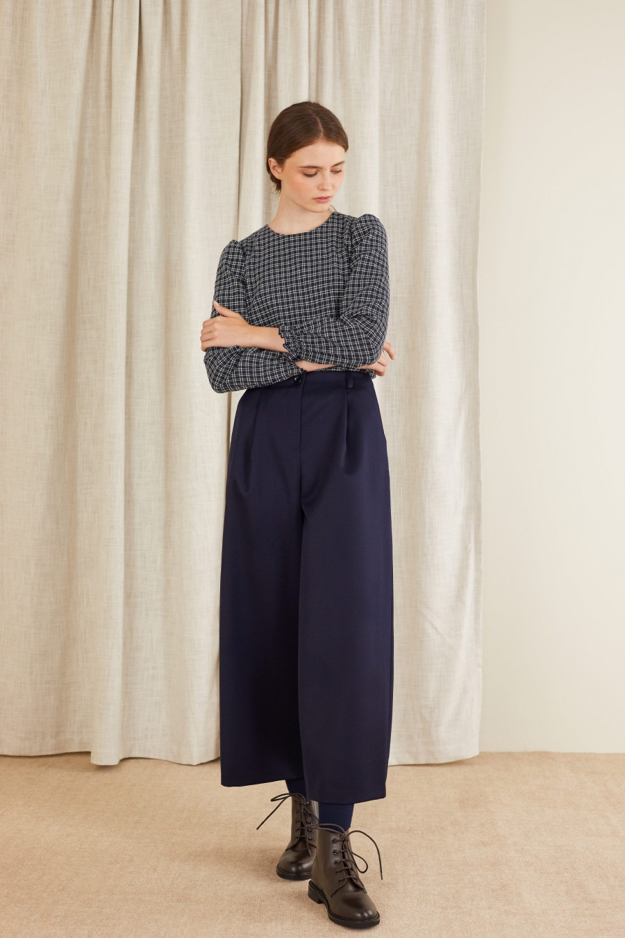 Egg-shaped trousers with pinces