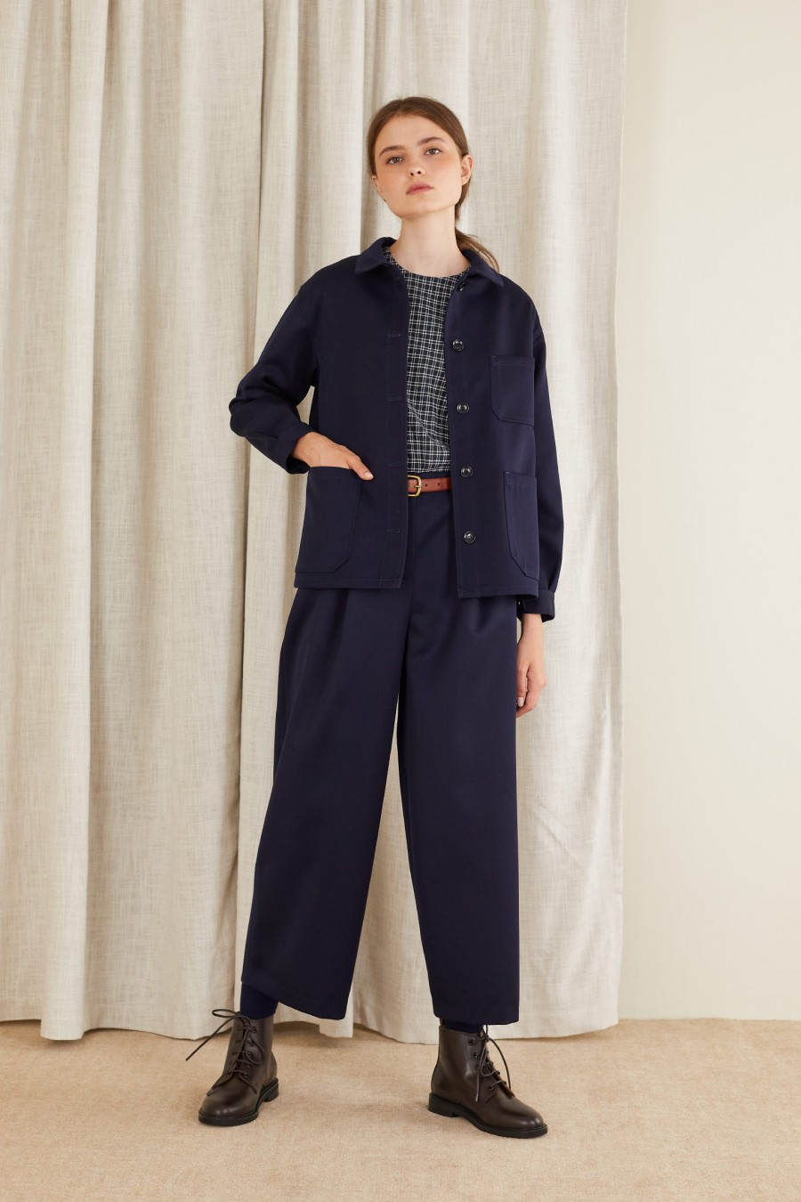 casual outfit with egg-shaped trousers