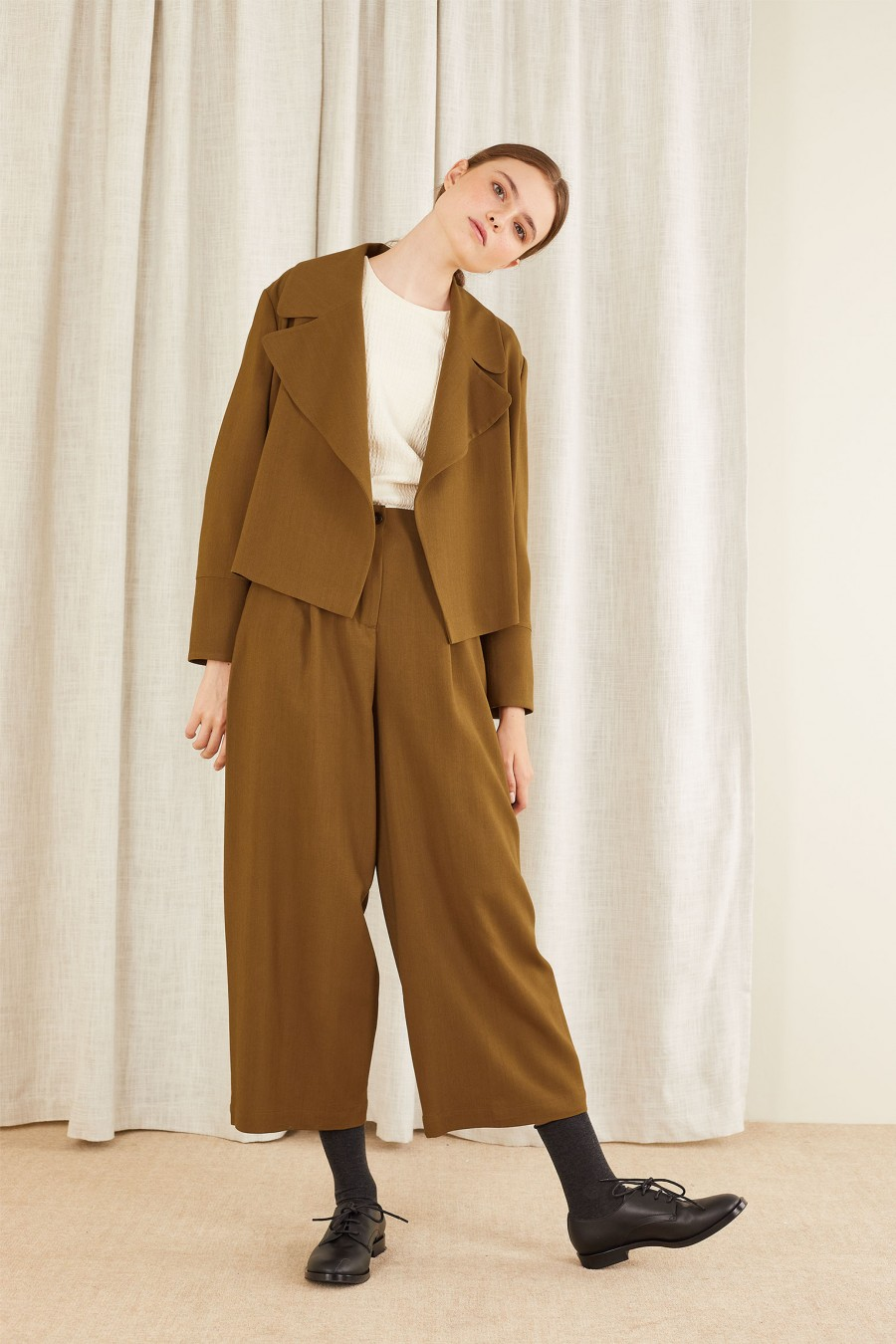 casual look with egg-shaped trousers