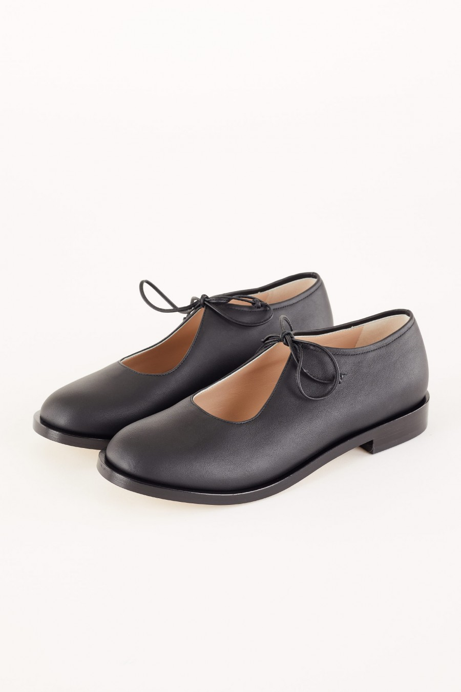 leather shoes with round toe