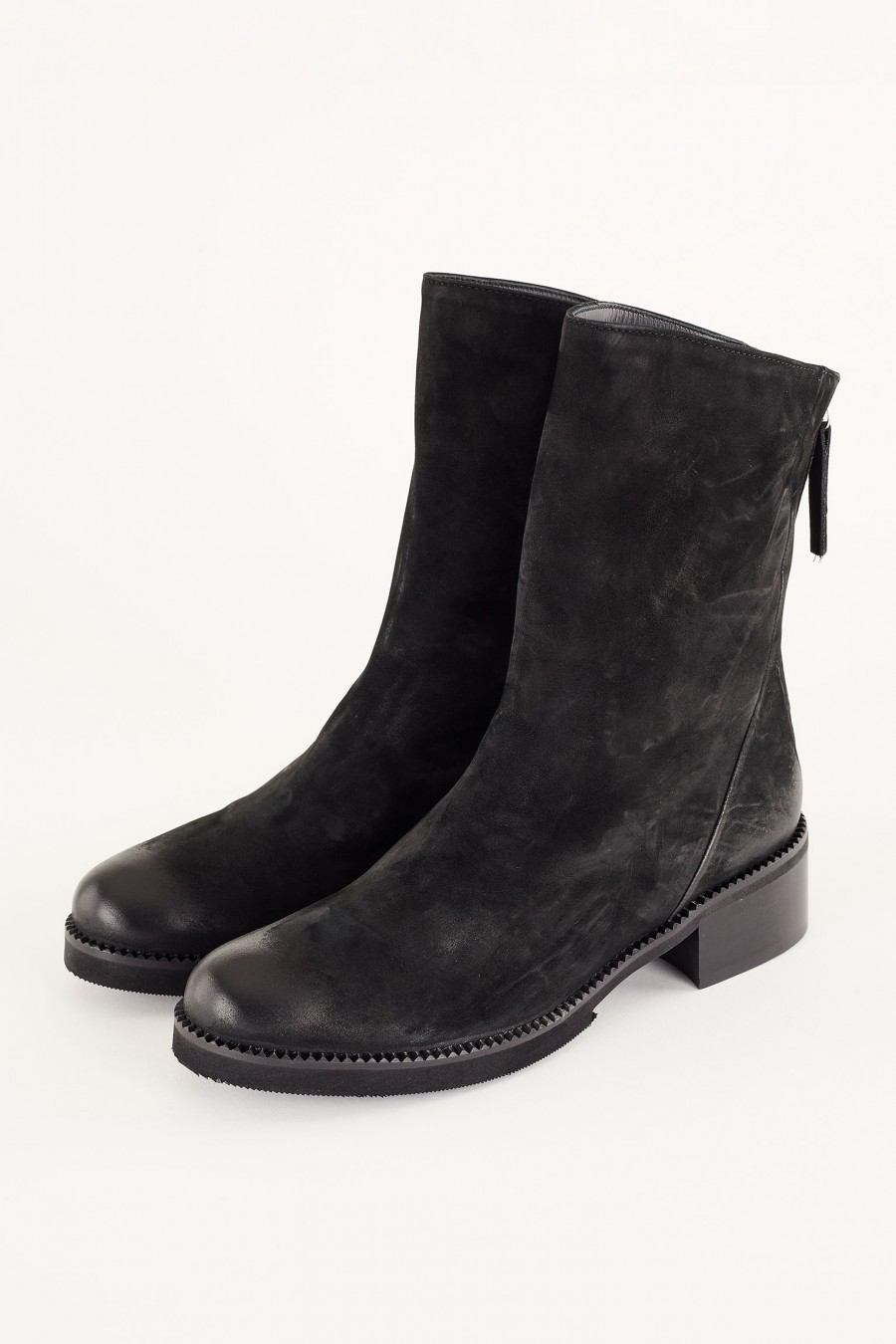 Casual boots with zip