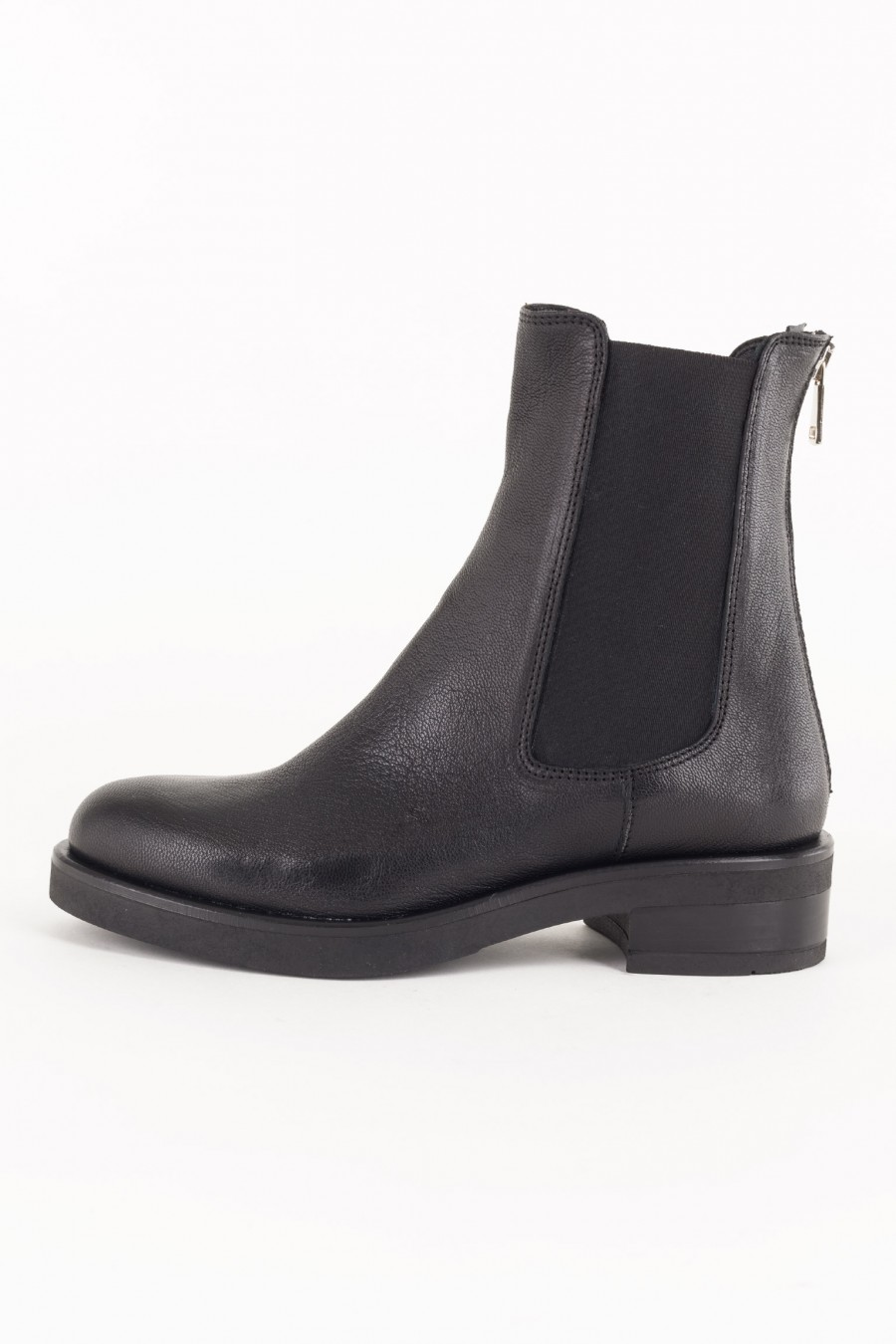 Sporty black boots