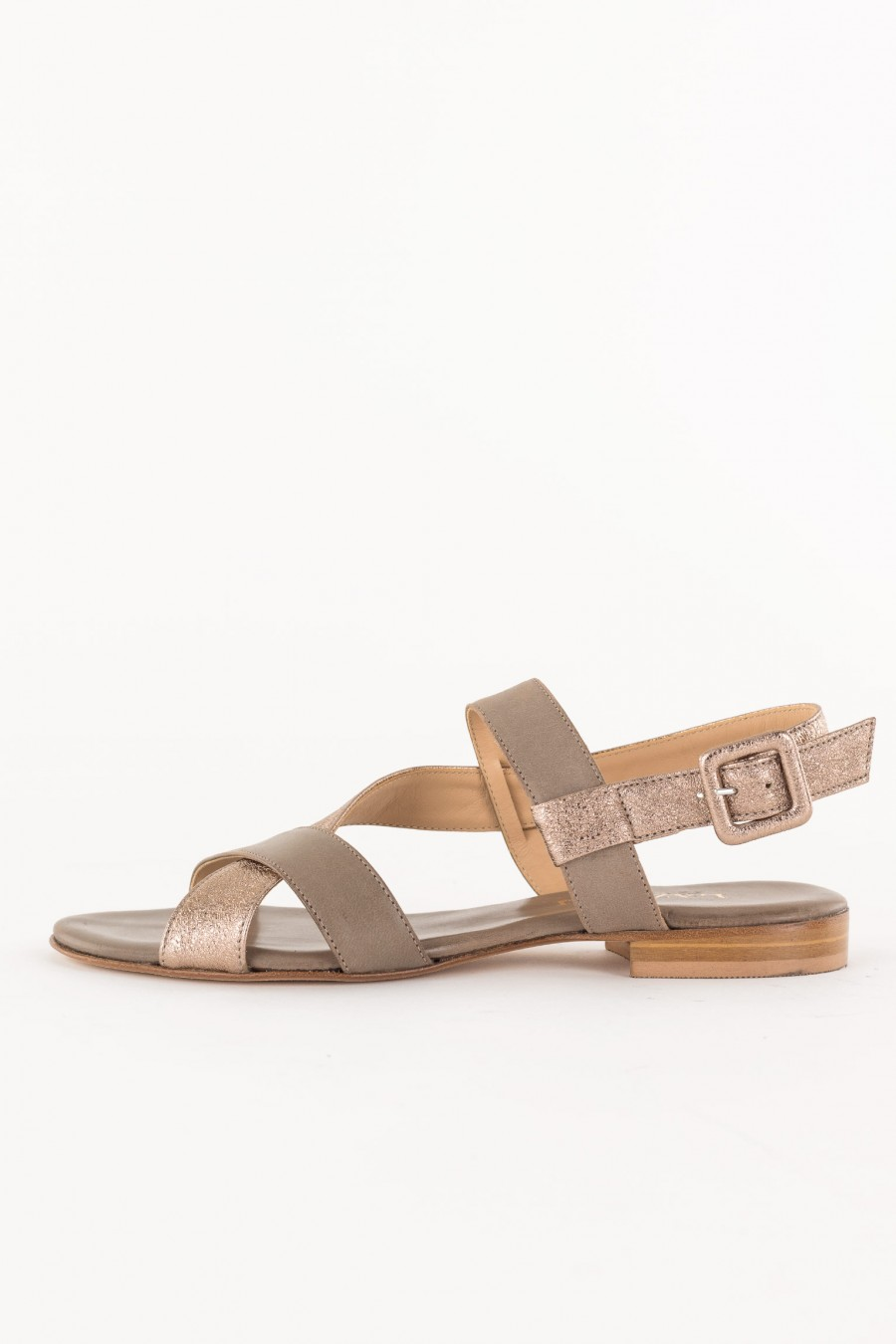 Crossed straps sandal