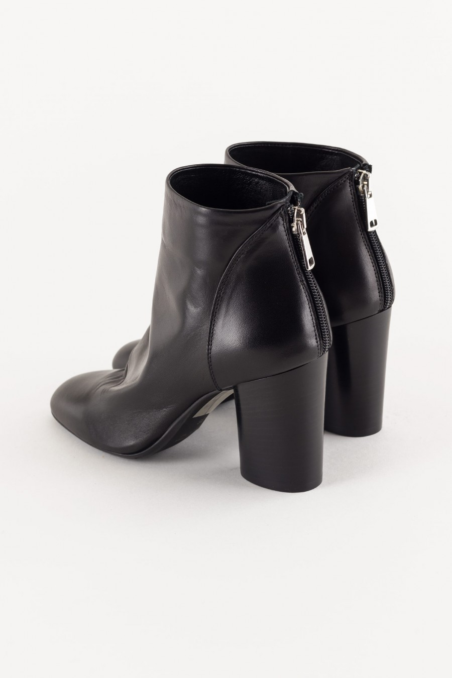 black boot with zip