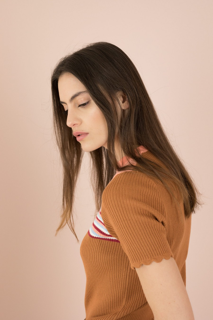 rounded collar brown sweater with short sleeves