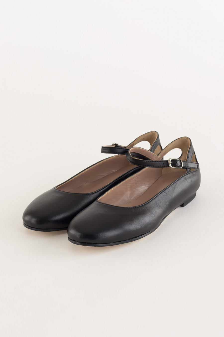 Flat shoes with straps