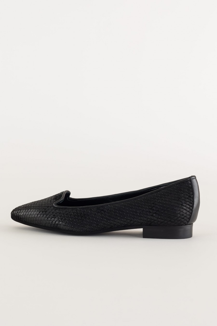 Black leather pointed slippers