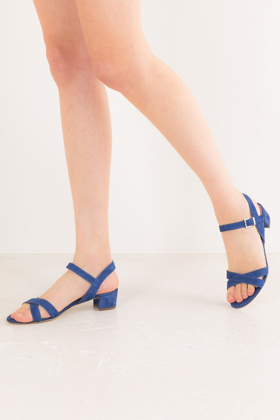 Sandals with crossed lists