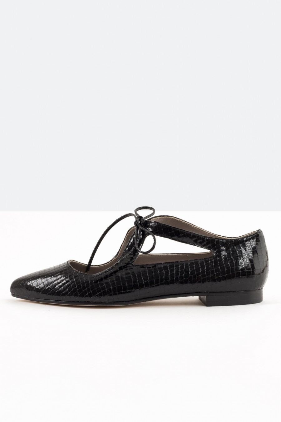 Pointed flats with ribbon