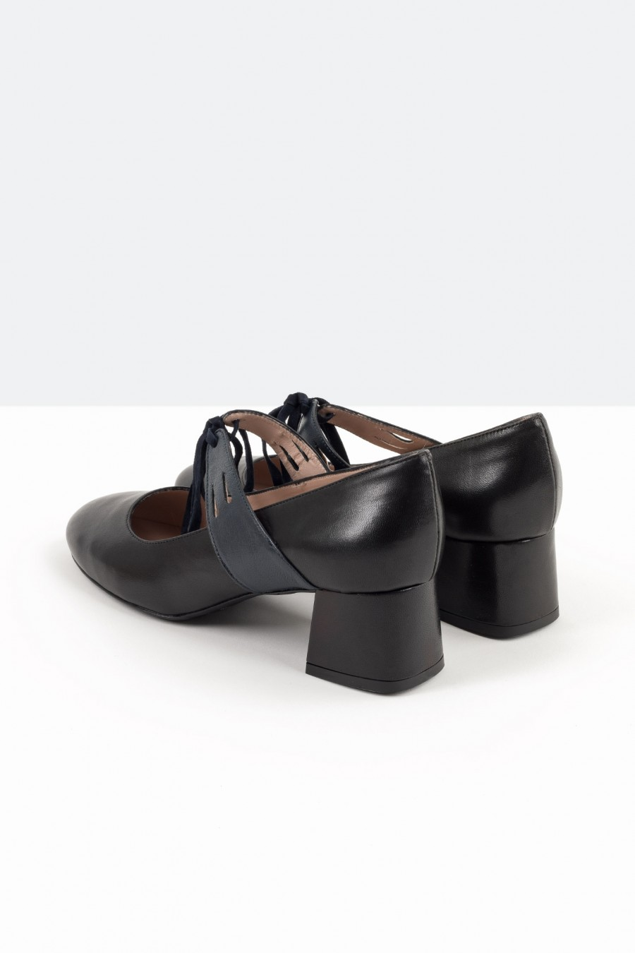 Bebè shoes with straps and ribbons