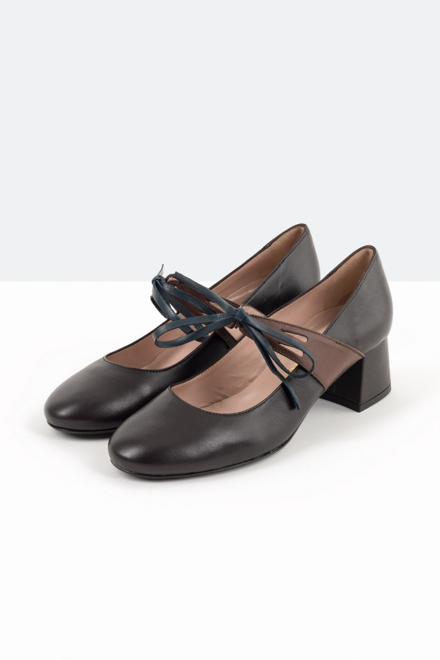 Black leather bebè shoes with brown straps