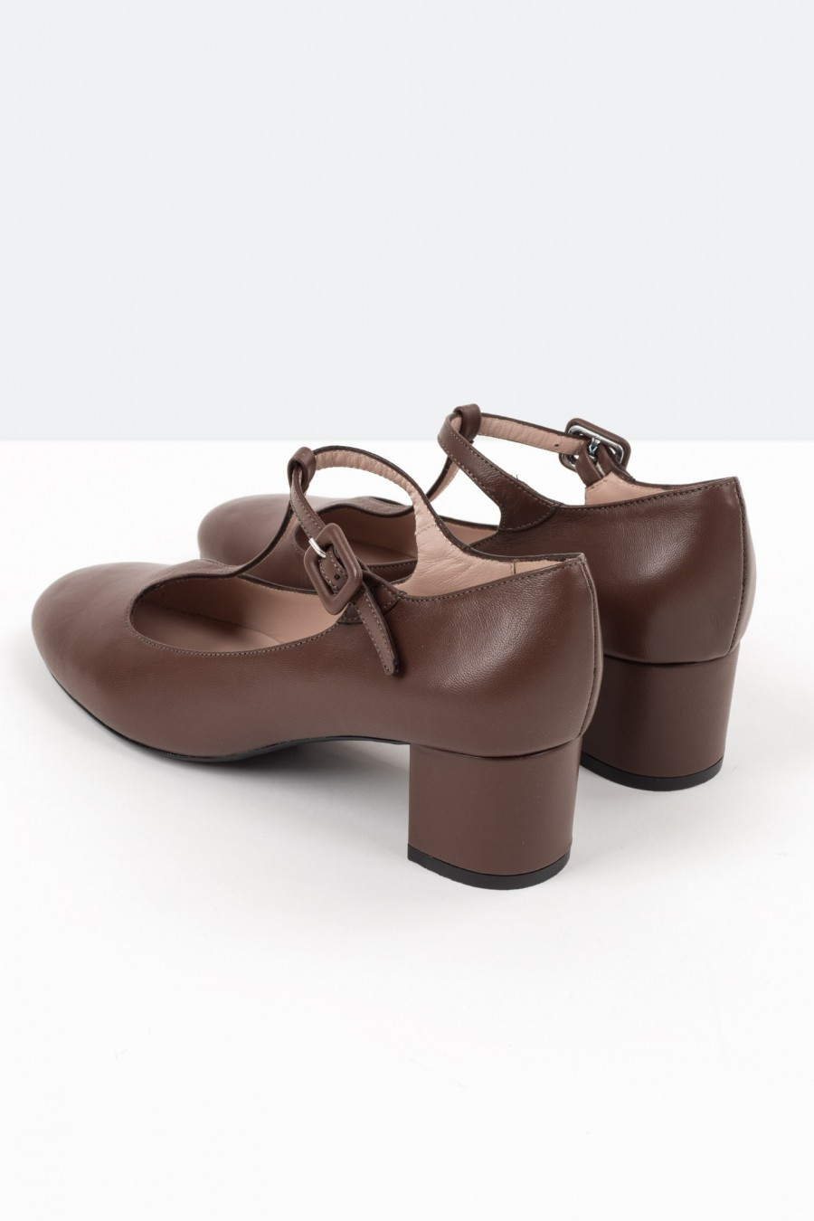 Brown leather bebè shoes with covered buckle