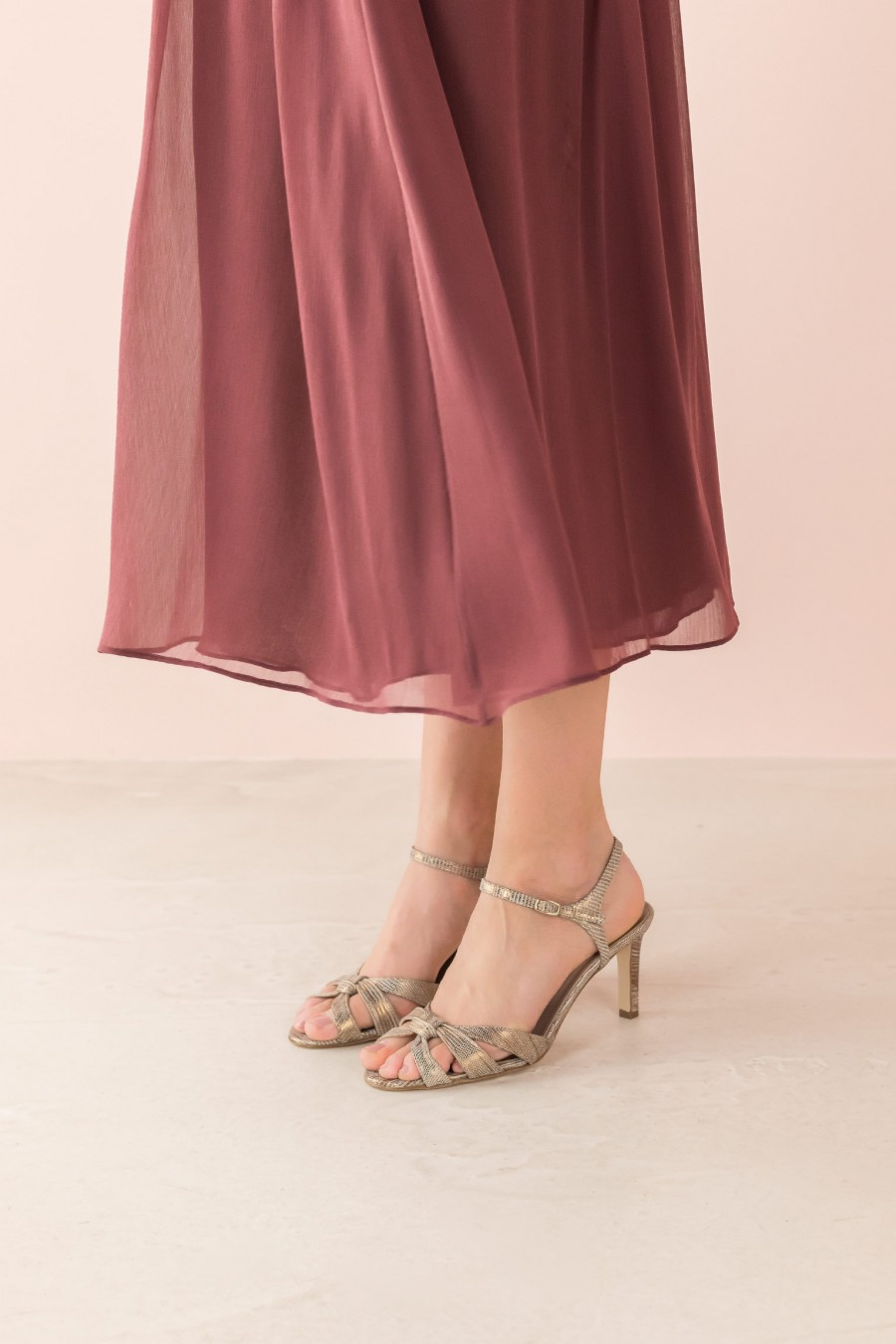 sandal with crossed straps and thin heel